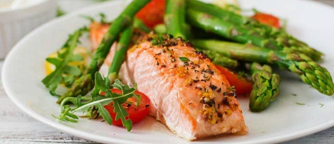 Salmon, asparagus and tomato dinner showing a dish with good sources of omega 3