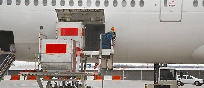 Unloading a cargo plane