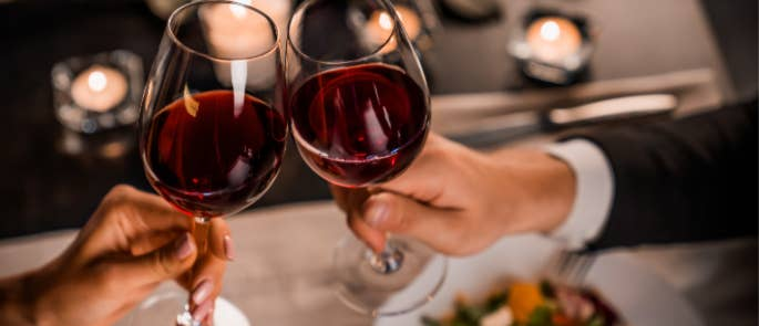 couples clinking glasses on first restaurant meal since lockdown