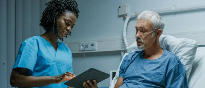 Nurse communicating with a patient in hosptial
